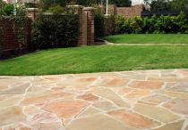 Stepping stones in the decor of your garden