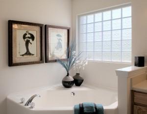 Janelas de vidro do banheiro do bloco