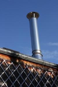 La instalación de un ducto de la chimenea de metal
